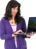 Frau, die an ihrem Laptop arbeitet Stockbild