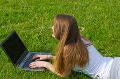 Frau, die an ihrem Laptop arbeitet Lizenzfreies Stockfoto