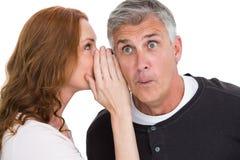 Frau, die ihrem Partner Geheimnis sagt Lizenzfreies Stockfoto