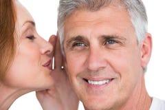 Frau, die ihrem Partner Geheimnis sagt Stockbild