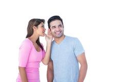 Frau, die ihrem Partner Geheimnis sagt Lizenzfreies Stockbild