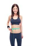 Frau, die ihren Bauch mit einem messenden Band misst Stockbilder