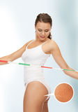 Frau, die ihren Cellulite betrachtet lizenzfreies stockfoto