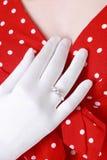 Frau, die ihren Diamantring zeigt lizenzfreie stockbilder