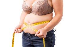 Frau, die ihren fetten Bauch misst Lizenzfreies Stockfoto