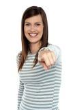 Frau, die ihren Finger in Richtung zur Kamera zeigt Lizenzfreie Stockfotos