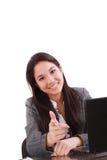 Frau, die ihren Finger zeigt lizenzfreie stockfotos