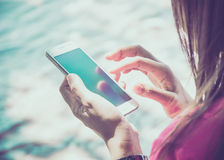 Frau, die ihren Handy verwendet Lizenzfreies Stockbild