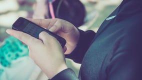 Frau, die ihren Handy verwendet Lizenzfreies Stockfoto