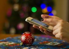 Frau, die ihren Handy verwendet Lizenzfreie Stockbilder
