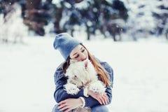 Frau, die ihren Hund umarmt stockfotografie