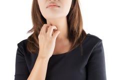 Frau, die ihren juckenden Hals verkratzt stockfotos