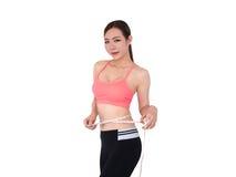 Frau, die ihren Körper, Sportmädchen, lokalisiert auf weißem Hintergrund misst Stockfotografie