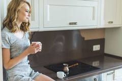 Frau, die ihren Morgenkaffee trinkt stockbilder