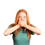 Frau, die ihren Mund abdeckt Stockfotos