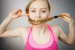 Frau, die ihren Mund mit blonder Borte bedeckt Lizenzfreie Stockfotografie