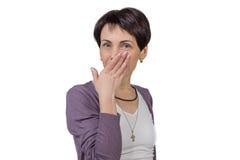 Frau, die ihren Mund mit ihrer Hand bedeckt Lizenzfreies Stockbild