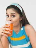 Frau, die ihren Orangensaft trinkt Stockfoto