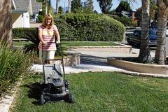 Frau, die ihren Rasen mäht Lizenzfreies Stockbild