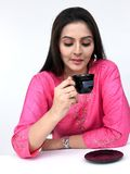 Frau, die ihren Tee trinkt Stockfotografie
