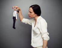 Frau, die ihren Untergebenen betrachtet Lizenzfreie Stockbilder