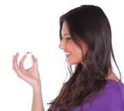 Frau, die ihren Verlobungsring zeigt Stockbild