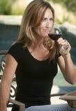 Frau, die ihren Wein genießt Stockbild