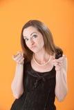 Frau, die ihren Zeigefinger zeigt Stockbild