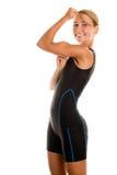 Frau, die ihren zweiköpfigen Muskel zeigt Lizenzfreies Stockfoto