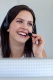 Frau, die in ihrer Arbeit lächelt Stockfoto