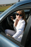 Frau, die im Auto sitzt Stockbild