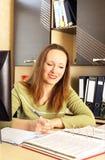 Frau, die im Büro arbeitet. Lizenzfreie Stockfotografie