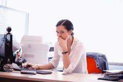 Frau, die im Büro arbeitet Lizenzfreies Stockbild