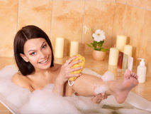 Frau, die im Bad sich entspannt. lizenzfreies stockbild