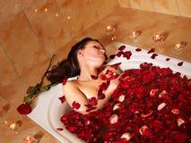 Frau, die im Bad sich entspannt. Stockbilder