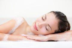 Frau, die im Bad sich entspannt Stockfoto