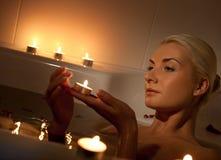 Frau, die im Badezimmer sich entspannt Lizenzfreies Stockbild