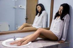Frau, die im Badezimmer stillsteht Lizenzfreie Stockfotos