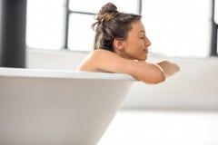 Frau, die im bathtube sich entspannt Lizenzfreies Stockfoto