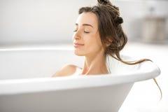 Frau, die im bathtube sich entspannt Lizenzfreie Stockbilder