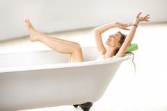 Frau, die im bathtube sich entspannt Stockbilder