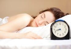 Frau, die im Bett (Fokus, schläft auf Frau) Lizenzfreie Stockbilder