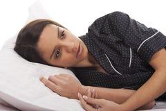 Frau, die im Bett liegt lizenzfreies stockfoto