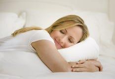 Frau, die im Bett schläft Stockfotos