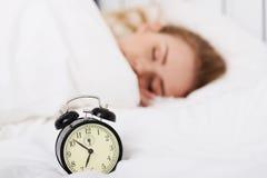 Frau, die im Bett sich entspannt lizenzfreie stockfotos