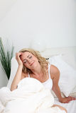 Frau, die im Bett träumt Stockfotos