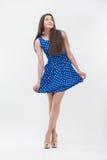 Frau, die im blauen Kleid steht Lizenzfreie Stockbilder