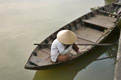 Frau, die im Boot, Hoi, Vietnam sitzt lizenzfreie stockfotografie
