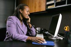 Frau, die im Büro arbeitet Stockbilder