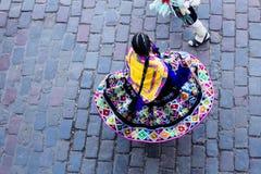 Frau, die im bunten gebürtigen Kostüm Cusco Peru wirbelt Lizenzfreie Stockfotografie